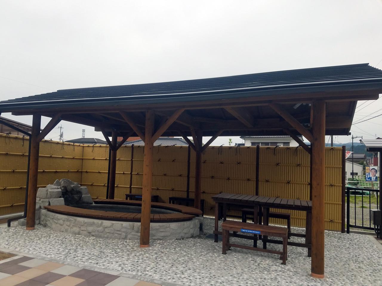 足湯付きの公園「市比野温泉ポケットパーク」が完成しました。