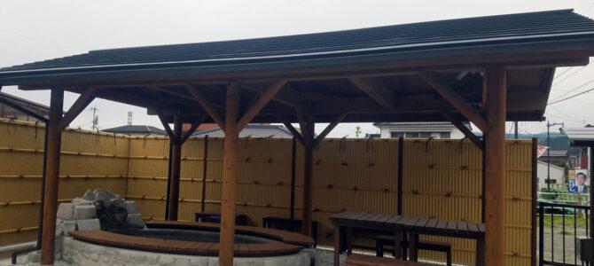 足湯付きの公園「市比野温泉ポケットパーク」が完成しました。令和2年度市比野小学校卒業記念製作ベンチも置かせていただきました。